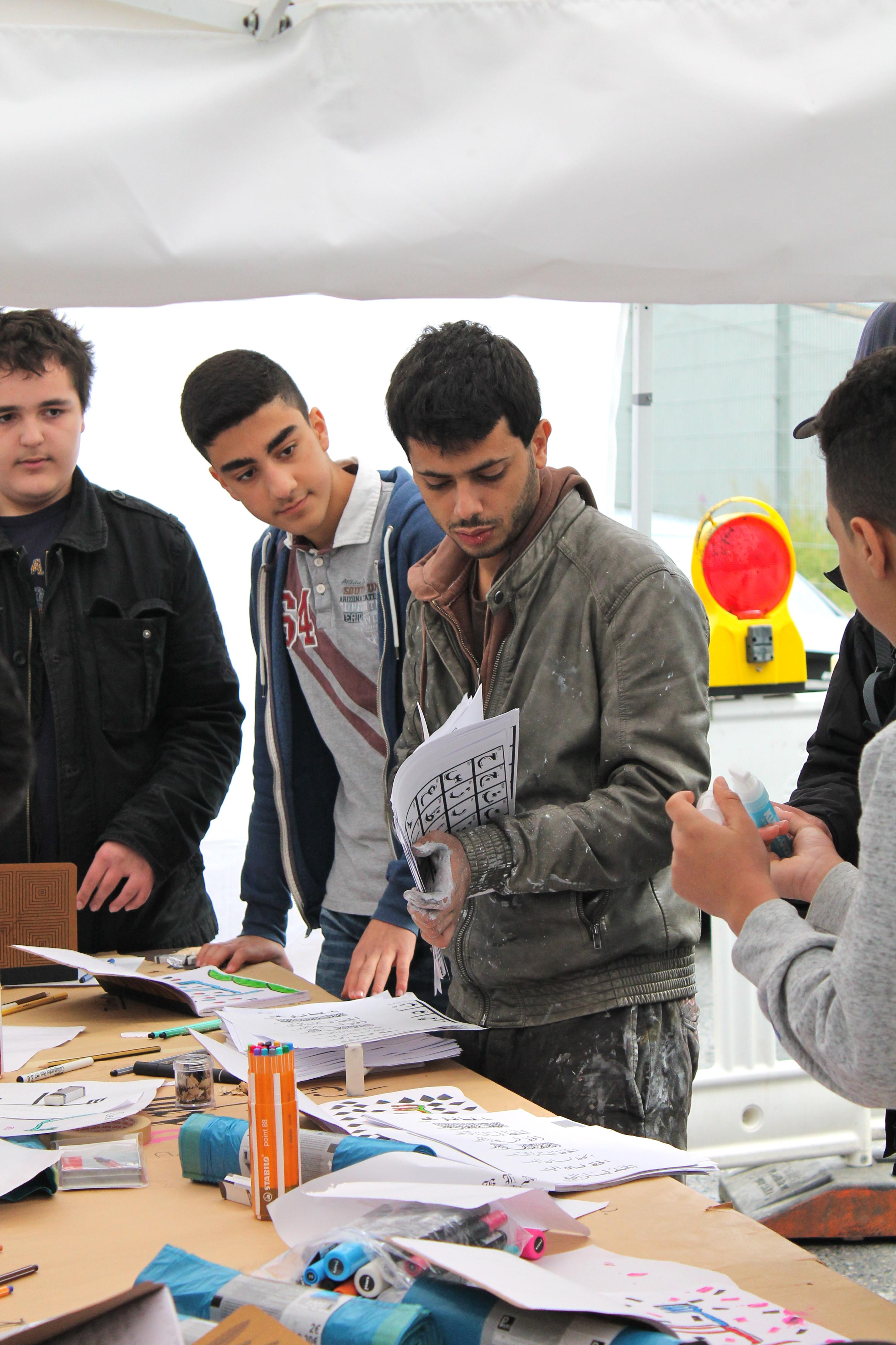 Yazan Halwani mit Schülern und Schülerinnen beim HUNA/K Festival 2015