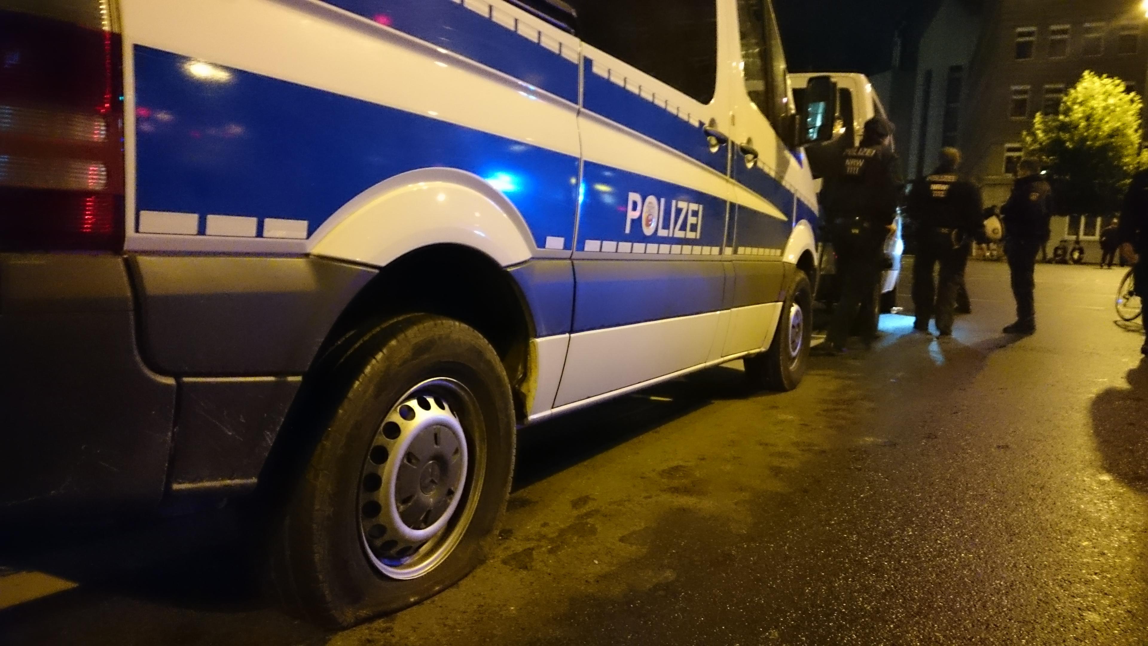 Eines von mehreren beschädigten Einsatzfahrzeugen der Polizei. / Foto: Florian Kohl