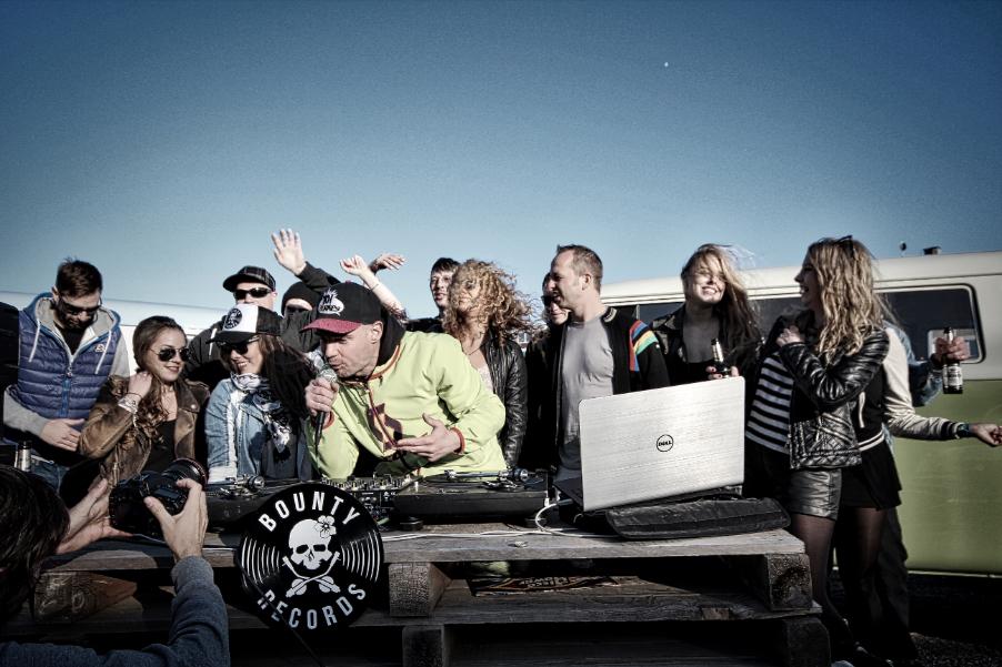 """Am vergangenen Wochenende drehte der Wolf am Tyde-Beach das Video zu """"Wolf GTI"""" / Foto: LJOE"""