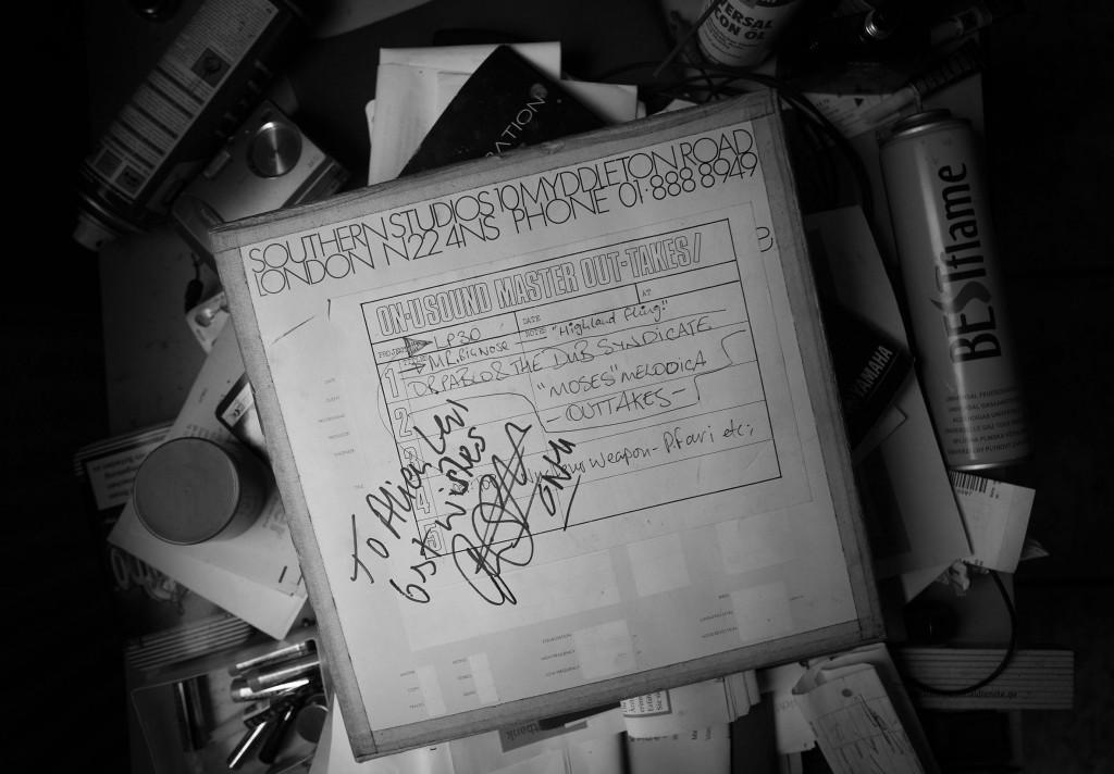 Unscheinbares Heiligtum: Ein Mastertape aus den On-U Sound Studios, mit persönlicher Widmung von Adrian Sherwood. / Foto: Klaus Hartmann