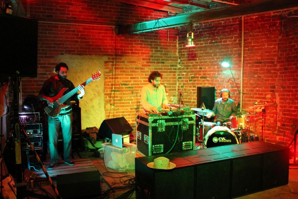 Maurice Louca, Bashar Farran (Bass) und Tommaso Cappellato (Drums) beim Abschlusskonzert im TYDE. / Foto: Didi Stahlschmidt