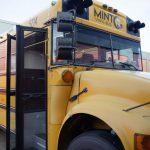 Hoch auf dem gelben Wagen: Der MINT Vinyl-Bus kommt